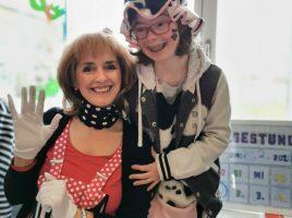 Lehrerin und Schülerin Luzia, kostümiert